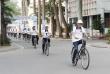 Đạp xe truyền tải thông điệp về an toàn cho em gái tại nơi công cộng