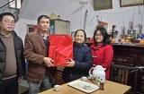 Lãnh đạo quận Thanh Xuân thăm hỏi và tặng quà Tết 2018 các gia đình chính sách