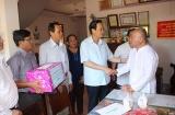 Bộ trưởng Đào Ngọc Dung thăm và tặng quà cho các gia đình chính sách tỉnh Bình Thuận