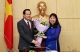 Bộ trưởng Đào Ngọc Dung trao quyết định nghỉ chế độ cho đồng chí Lê Kim Dung