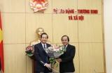 Trao quyết định hưởng chế độ BHXH cho đồng chí Lưu Hồng Sơn