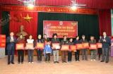 Phó Thủ tướng Vương Đình Huệ tặng quà hộ nghèo và nạn nhân chất độc da cam Bắc Giang