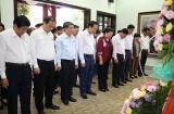 Chủ tịch Quốc hội Nguyễn Thị Kim Ngân và Bộ trưởng Đào Ngọc Dung viếng Khu tưởng niệm cố Chủ tịch HĐBT Phạm Hùng và Khu lưu niệm cố Thủ tướng Võ Văn Kiệt