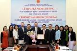 Trao Kỷ niệm chương cho Trưởng Văn phòng đại diện Viện Hanns Seidel CHLB Đức tại Việt Nam