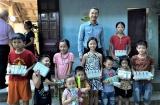 """Vinamilk tặng học bổng cho một """" Chiếc lá chưa lành"""" tại Nghệ An"""