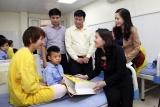 Thứ trưởng Nguyễn Thị Hà thăm và tặng quà cho các em nhỏ phẫu thuật nụ cười