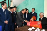 Thủ tướng Chính phủ Nguyễn Xuân Phúc tặng quà Tết người có công tỉnh Hưng Yên