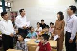 Bộ trưởng Đào Ngọc Dung thăm và tặng quà trẻ em có hoàn cảnh khó khăn