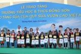 Lễ trao tặng Trường Tiểu học & THCS Đồng Sơn và Quỹ sữa Vươn cao Việt Vam trao tặng sữa cho trẻ em tỉnh Quảng Ninh.