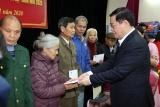 Phó Thủ tướng Vương Đình Huệ dâng hương Chủ tịch Hồ Chí Minh và tặng quà người có công Nghệ An