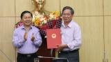 Thứ trưởng Lê Tấn Dũng trao Quyết định hưởng chế độ BHXH cho ông Lê Xuân Thành