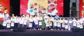 Phó Thủ tướng Thường trực Trương Hòa Bình trao quà cho trẻ em có hoàn cảnh đặc biệt