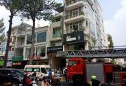 TPHCM:  Cảnh sát giải cứu nam thanh niên bị thang máy kẹp cổ