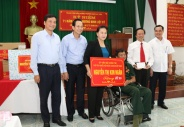 Chủ tịch Quốc hội Nguyễn Thị Kim Ngân thăm và tặng quà Trung tâm Điều dưỡng thương binh Hà Nam