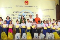 Vice President visited and gave Mid-Autumn presents to children with difficulties in lives in Quang Tri province
