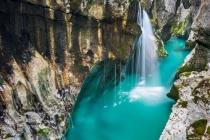 Dòng sông kỳ lạ mang màu xanh lục bảo đẹp như tranh vẽ