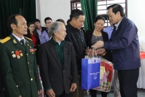 Minister Dao Ngoc Dung visited and gave gift for policy objects and poor children in Ha Nam province