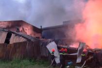 Long An: Xưởng keo nhựa 2.000 m2 cháy đen, đổ sập sau vụ cháy