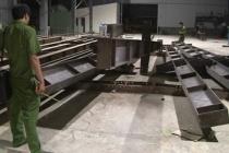 Thanh sắt nặng hơn 2 tấn đè chết công nhân