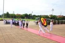 Đoàn đại biểu Người có công với cách mạng tỉnh Trà Vinh vào Lăng viếng Bác