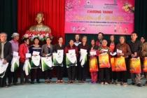 Tặng quà Tết cho người nghèo và nạn nhân chất độc da cam ở Ninh Bình