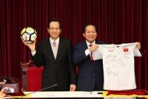 Đấu giá áo và bóng U23 tặng Thủ tướng: Mức giá cuối cùng đạt 20 tỉ đồng