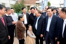 Thủ tướng Nguyễn Xuân Phúc tặng quà gia đình chính sách tại Nam Định