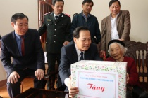 Minister Dao Ngoc Dung visited and gave presents to people in Nursing Center for People with meritorious services Nho Quan