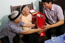 Quận Hà Đông thăm hỏi, tặng quà chu đáo các đối tượng chính sách nhân dịp Tết Nguyên đán Mậu Tuất