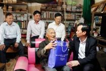 Bộ trưởng Đào Ngọc Dung thăm và tặng quà người có công tại Bắc Kạn