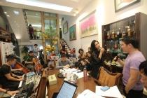 Phú Quang mang cả dàn nhạc về nhà riêng tập chương trình