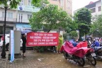 Cư dân chung cư Starcity 81 Lê Văn Lương, Hà Nội đội mưa đòi quỹ bảo trì