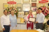 Bộ trưởng Bộ Lao động - Thương binh và Xã hội tặng Bằng khen cho ba cá nhân của Hiệp hội Bảo trợ trẻ em Christina Noble Children' s Foundation