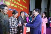 Phó Thủ tướng Phạm Bình Minh tặng quà gia đình chính sách