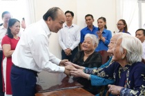 Thủ tướng trao quà Tết cho gia đình chính sách, hộ nghèo, công nhân lao động