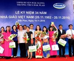 Deputy Prime Minister Vu Duc Dam gave milk to students in difficult circumstance in Dak Nong