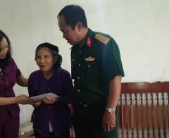 Huyện Phúc Thọ tặng quà cho gia đình chính sách