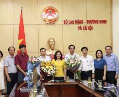 Bộ Lao động - TBXH trao Quyết định hưởng chế độ bảo hiểm xã hội cho ba lãnh đạo đơn vị