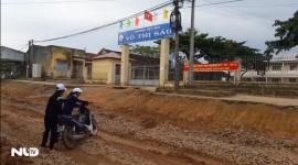 Học sinh Lâm Đồng vượt sình lầy tới trường