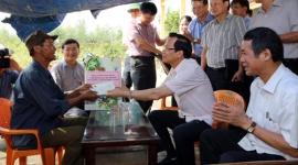 Bộ trưởng Đào Ngọc Dung thăm và hỗ trợ một số gia đình bị thiệt hại do bão số 10 tại Quảng Bình
