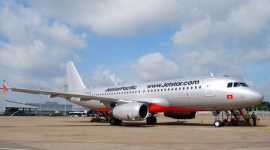 Vợ đấm chồng kém 10 tuổi sưng mắt trên máy bay