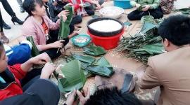 Giáo viên góp tiền làm bánh chưng tặng học sinh nghèo miền núi