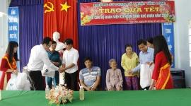 Trường Đại học SPKT Vĩnh Long trao 205 phần quà cho các đối tượng có hoàn cảnh khó khăn