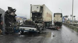 Kinh hoàng: 2 xe tải nát bét đầu sau vụ tai nạn trên đường tránh Vinh