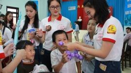 Thí sinh Hoa khôi sinh viên Việt Nam: Nhặt rác, tặng quà cho trẻ mồ côi