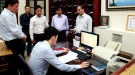 Thứ trưởng Lê Quân kiểm tra công tác gửi, nhận văn bản điện tử