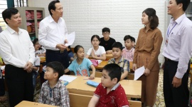 MOLISA Minister Dao Ngoc Dung presents gifts to disadvantaged children