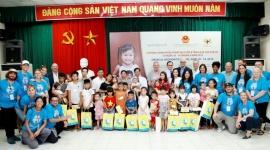 Tặng quà cho trẻ em tại bệnh viện hữu nghị Việt Nam – Cu Ba