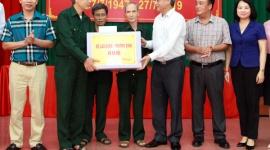 Thứ trưởng Doãn Mậu Diệp thăm, tặng quà tại Trung tâm điều dưỡng thương binh Lạng Giang