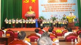 Chủ tịch Quốc hội Nguyễn Thị Kim Ngân trao 200 suất học bổng cho học sinh có hoàn cảnh khó khăn tại tỉnh Vĩnh Long
